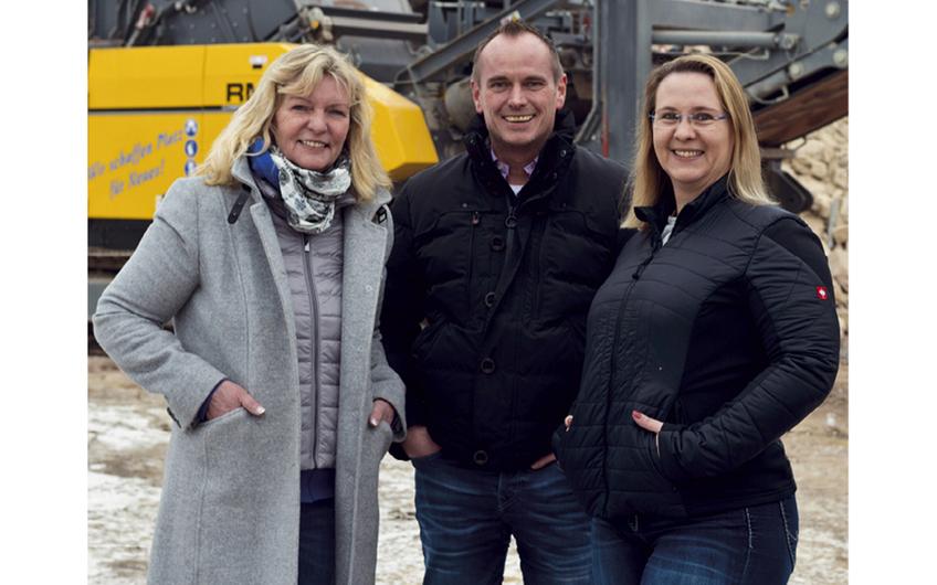 Unternehmens-Mitbegründerin Frau Elisabeth Köster und die Geschäftsführer Marc Köster und Nina Wiehe (v.l.)