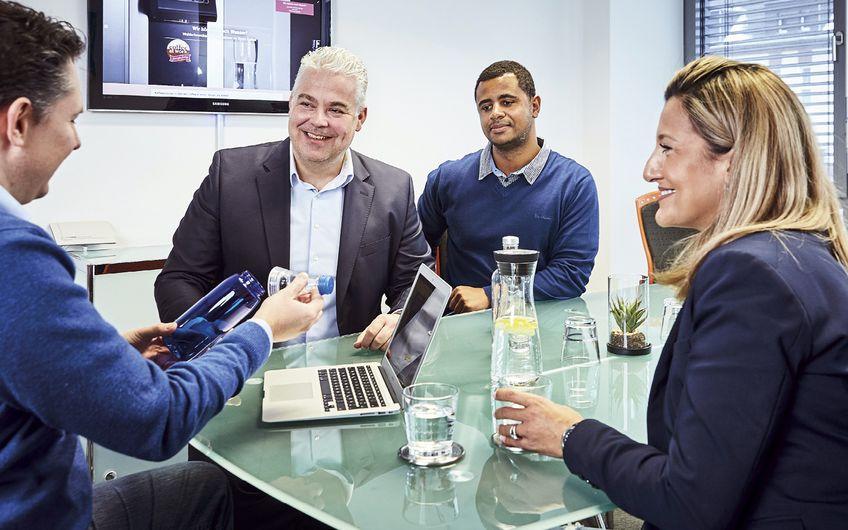 Auch bei Meetings und Kundengesprächen darf Wasser als Erfrischungsgetränk nicht fehlen (Foto: Alexandra Höner)