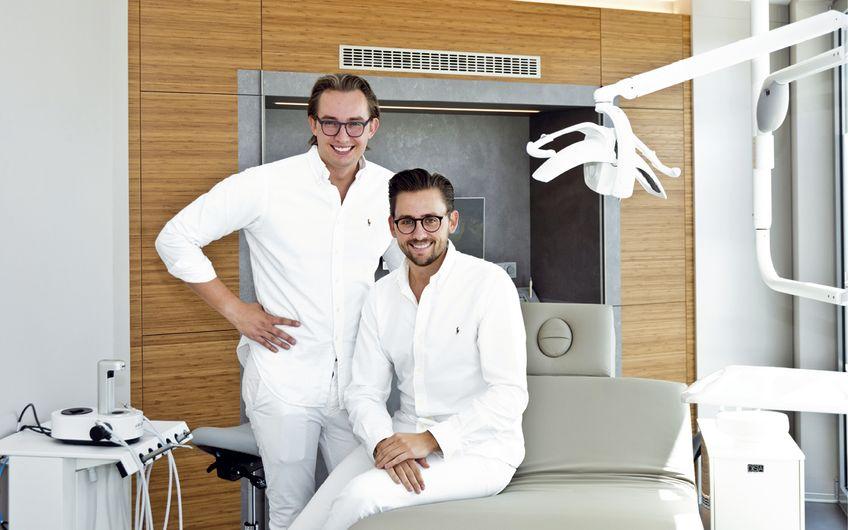 """Im """"Dr. Schlotmann Dental Spa"""", der hauseigenen Prophylaxepraxis, setzen  Luca Schlotmann (li.) und Dr. med. dent. Lennart Schlotmann auf ein harmonisches Ambiente"""