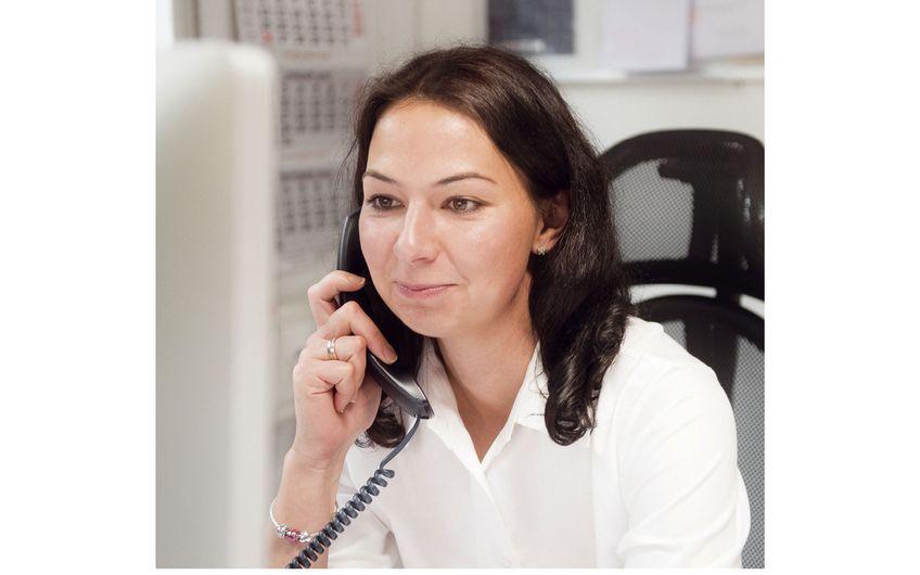 Assistentin Maria Forsch im Kundengespräch