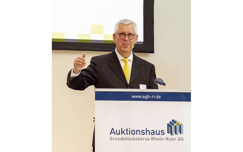 Auktionator Klaus-Peter  Großmann in Aktion (Foto: Sabine Felderhoff)
