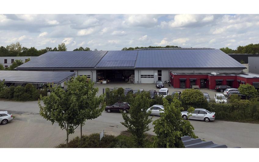 Am Firmensitz von GT-Solar (l.) sind eine 240 kWp-Anlage, verschiedene Wechselrichtertypen und Speicher montiert.
