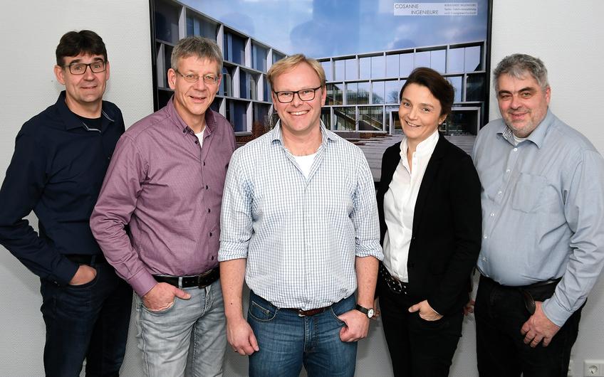 Das Geschäftsführungsteam der COSANNE INGENIEURE besteht aus dem Beratenden Ingenieur Peter Cosanne (Bildmitte) sowie den Prokuristen Ralf Schroer, Gregor Underberg, Wibke Cosanne und Matthias Bischoff (v.l.)