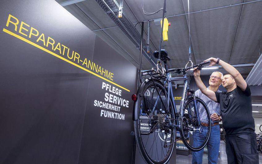 Auch um Reparaturen der Räder kümmert sich das Team (Foto: Christoph & Thomas Meinschäfer )