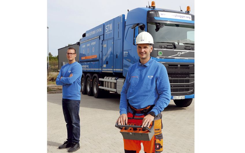 Martin Baumann (r.) und Kevin van Uem vor dem Saugbagger