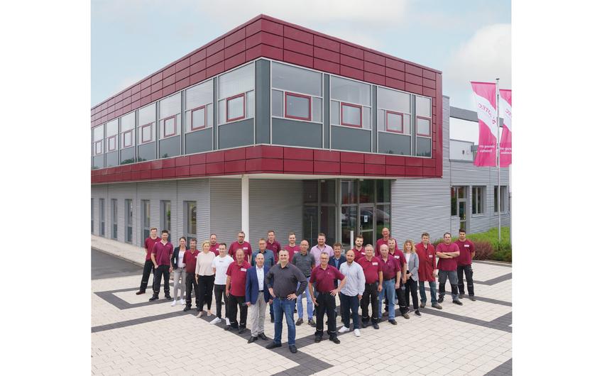Ein Teil der Mannschaft vor dem modernen Firmengebäude. (© Stoll GmbH)