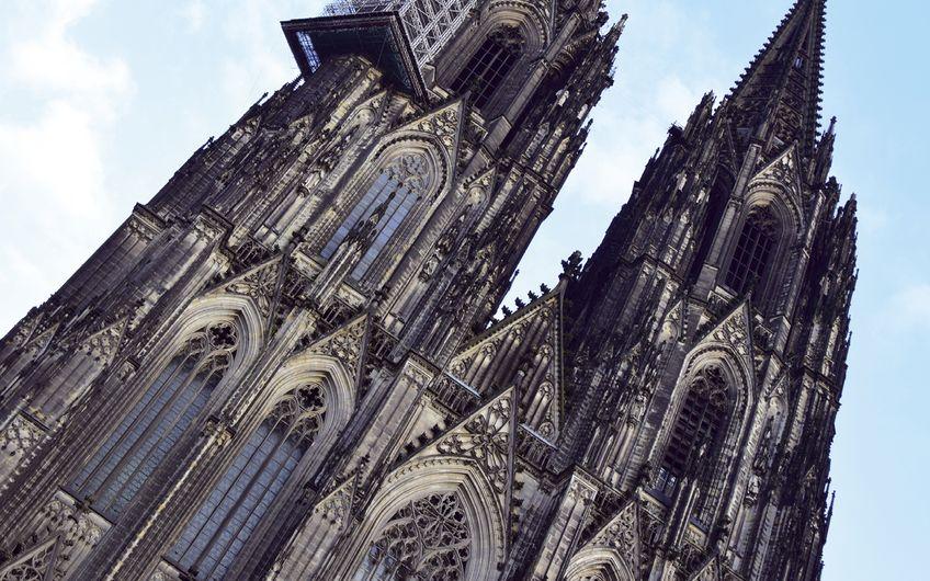 Hängegerüste ermöglichen Arbeiten an schwer zugänglichen Bauteilen wie hier am Kölner Dom (Foto: © hydebrink – stock.adobe.com)