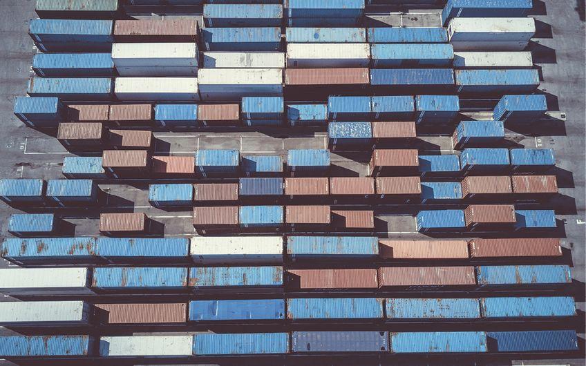 Vom Schiff direkt auf den Zug oder den Lkw: Container sind unersetzlich geworden (© Studio M –stock.adobe.com)
