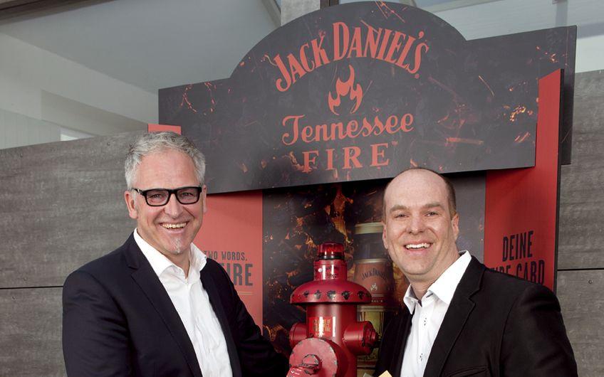 """Andreas Determann und Matthias Drucks vor der """"Firestation"""", für die ZWEYLOEVEN den """"DISPLAY Superstar Award 2017"""" erhielt"""