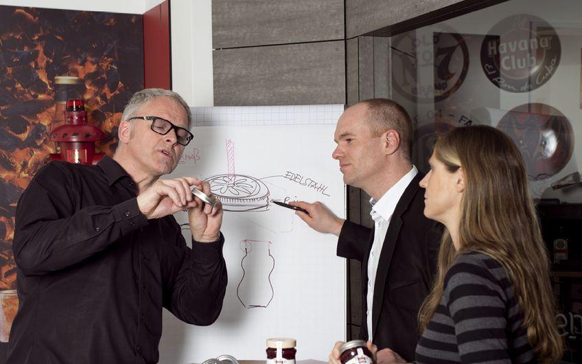 Andreas Determann, Key-Account-Manager Matthias Drucks und Projektmanagerin Simone Hillekamps (v.l.) beraten sich, wie sie das Marmeladenglas zum Cocktailglas umfunktionieren