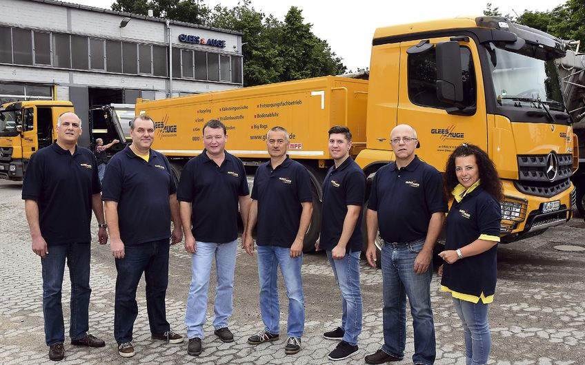 Markus Auge mit seinen leitenden Angestellten am Neusser Firmensitz