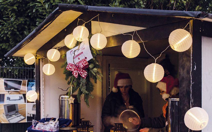 An weihnachtlich geschmückten Buden wurden die Gäste mit Leckereien und Glühwein versorgt