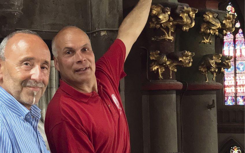 Dombaumeister Johannes Schubert (r.) und Siegfried Schulze (l.) besichtigen das mittelalterliche Bauwerk, in dem nun moderne Sensor-Technologie zum Einsatz kommt