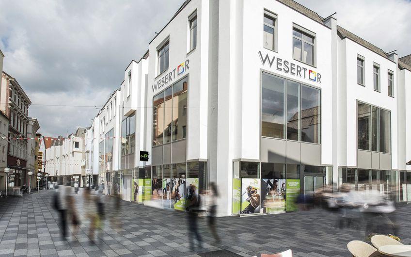 HELLMICH entwickelte das Wesertor in Minden; dafür wurde ein ehemaliges Hertie-Warenhaus revitalisiert und in ein modernes Geschäftshaus verwandelt