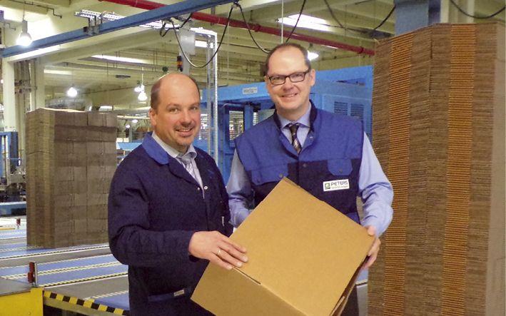 Geschäftsführer Winfried Flemmer (r.)  und Betriebsleiter Jakob Koch in der technologisch hochmodern  ausgestatteten Produktion