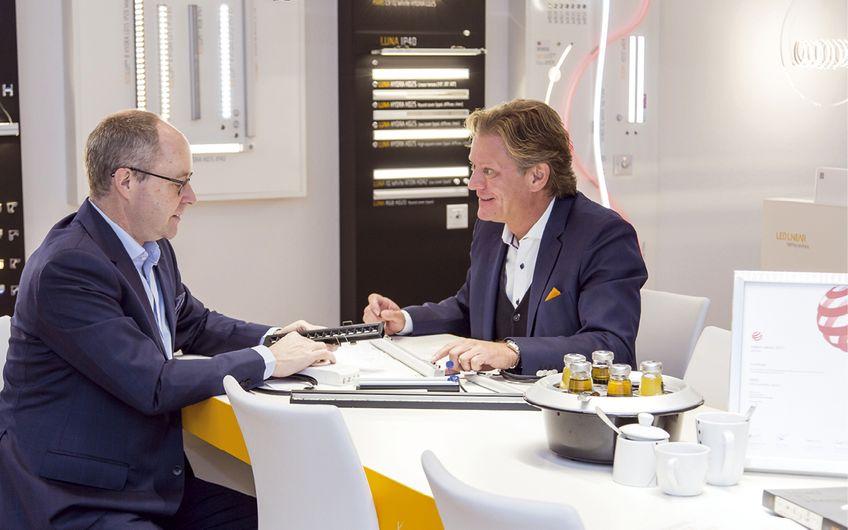 Licht ist ihre Leidenschaft: Dr. Michael Kramer und Carsten Schaffarz (v.l.) bei der Arbeit im Showroom von LED Linear
