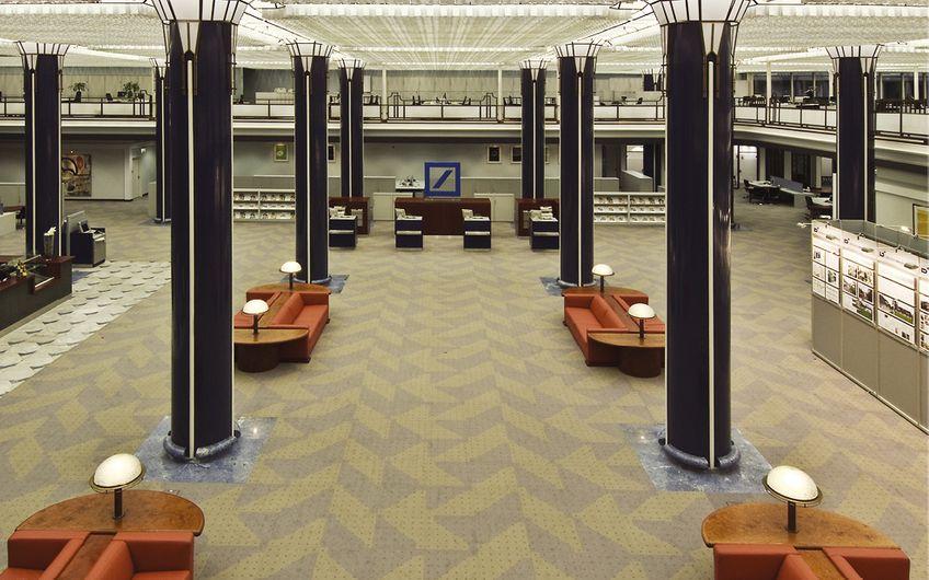 Eindrucksvolle 3.000 Quadratmeter Doppelbodenbelag hat Bredo in der Deutschen Bank auf der Düsseldorfer Königsallee saniert.