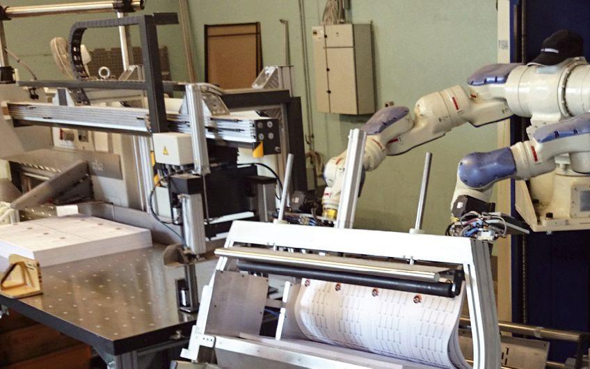 Dieser Industrieroboter trennt, trocknet und bewegt Stapel  von frisch gedrucktem Papier Foto: CoolGraphics/Yaskawa/IFR (Foto: CoolGraphics/Yaskawa/IFR)