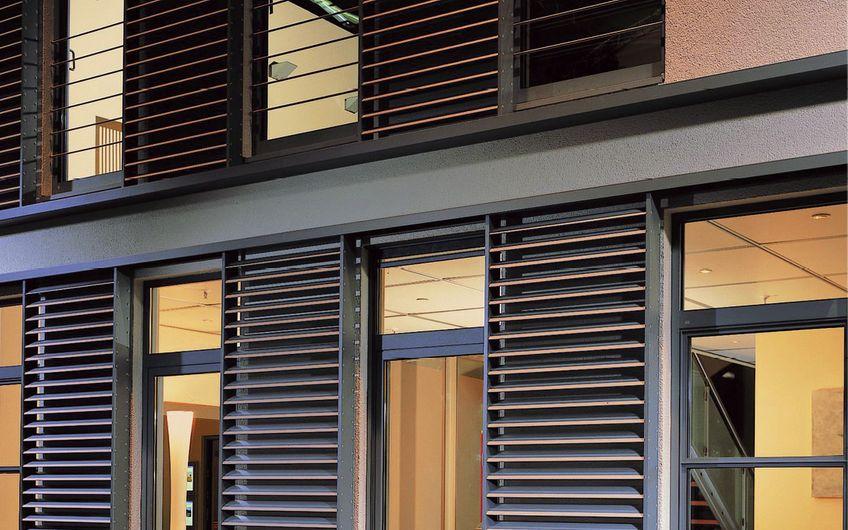 Fenster sind Tausendsassas: Sonnenschutz ist nur ein Fachgebiet (Foto: VFF/Schüco)