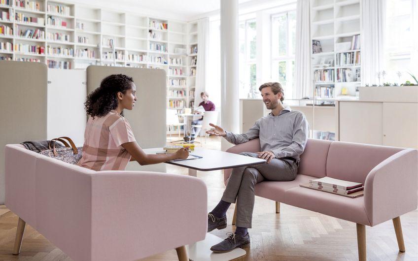 Sieht nicht wie Arbeit aus, ist es aber: Kommunikation in entspannter Atmosphäre (Foto: IBA)