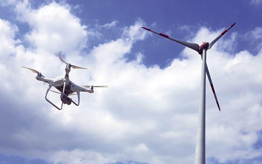 Für Inspektionen, bspw. von Windrädern, sind Drohnen optimal geeignet (Foto: Gero Helm)