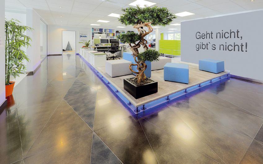 Ein Hingucker am Bredo-Firmensitz: dieser elegante Doppelboden
