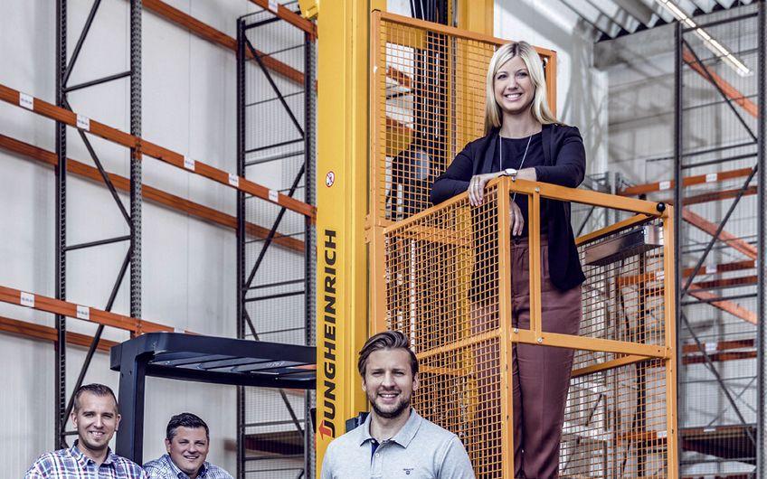 Christian Cichon, Melanie Völlings und das  Ausbilderteam freuen sich über die neue Halle (Foto:  Jochen Rolfes)