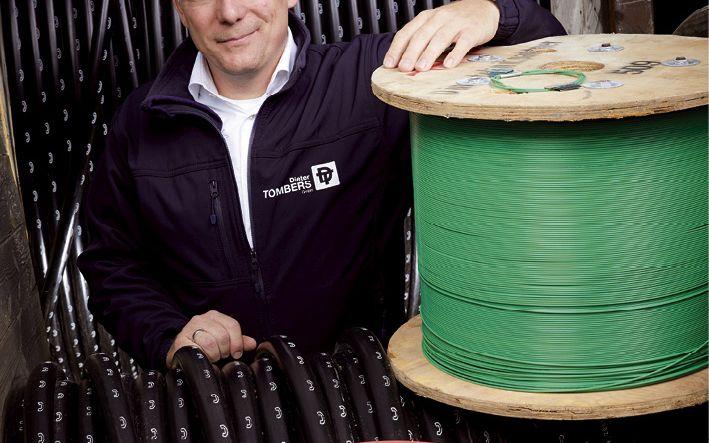 Mit Kupfer- und Glasfaserkabeln verlegt Daniel Tombers die Datenautobahnen der Zukunft