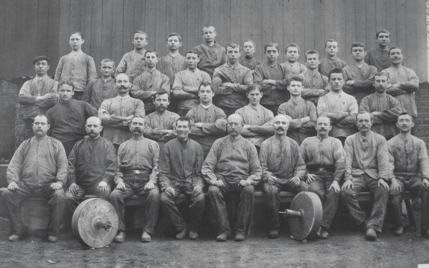 Sie produzierten Schlösser und Beschläge: Mitarbeiter der Schleiferei  der Iserlohner Firma Sudhaus im Jahre 1910