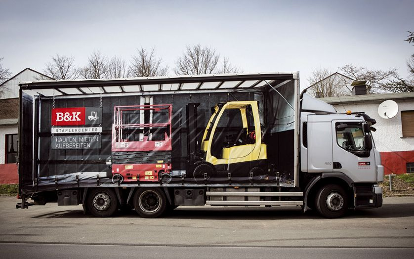 Mit den beiden LKW sind die Mietgeräte schnell beim Kunden