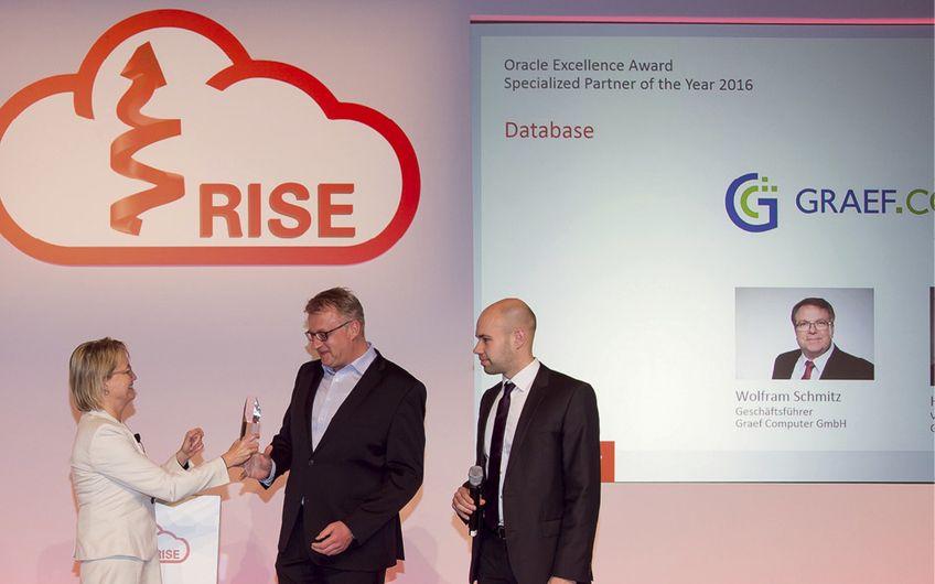 Dr. Swantje Schulze, Channel Chefin bei Oracle Deutschland, überreicht Graef-Vertriebsleiter Holger Kurschatke (Mitte) den Award als bester deutscher Oracle-Partner in der Kategorie Datenbanken