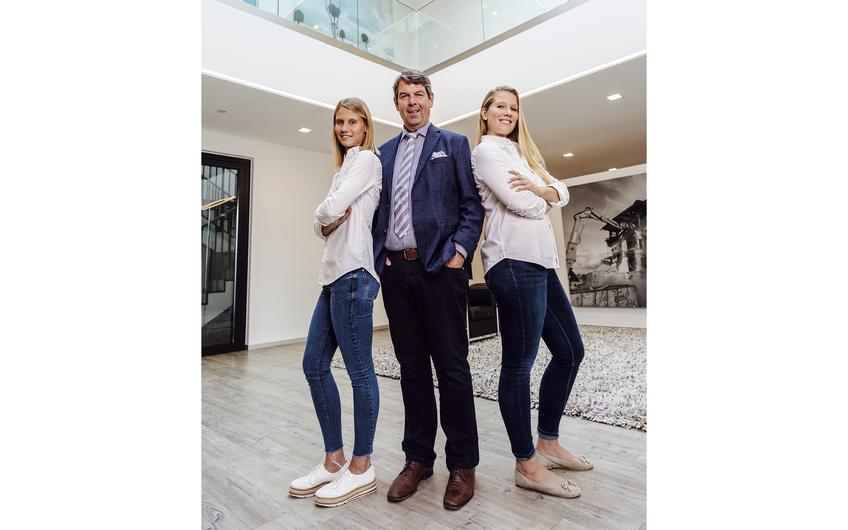 Ralf Mocken und seine Töchter Celina (l.) und Alissa (r.)