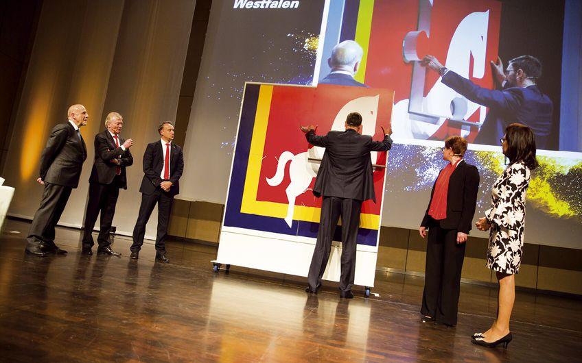 Die Unternehmerfamilie Fritsch-Albert und der neue Vorstand fügten symbolisch für die Kraft der Unternehmensgruppe ein Mosaik des Westfalen Logos zusammen