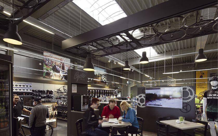 In der Café Lounge können die Kunden kalte und warme Getränke in gemütlicher Atmosphäre genießen (Foto: Löckenhoff + Schulte)