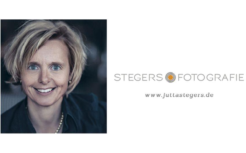 Jutta Stegers hat sich auf die Businessfotografie spezialisiert und arbeitet erfolgreich für Kunden aus Mönchengladbach, Düsseldorf, Köln, Krefeld, dem Ruhrgebiet und ganz Deutschland. Je nach Kundenwunsch entstehen ihre Fotos im Unternehmen vor Ort oder an einer ausgesuchten Location.