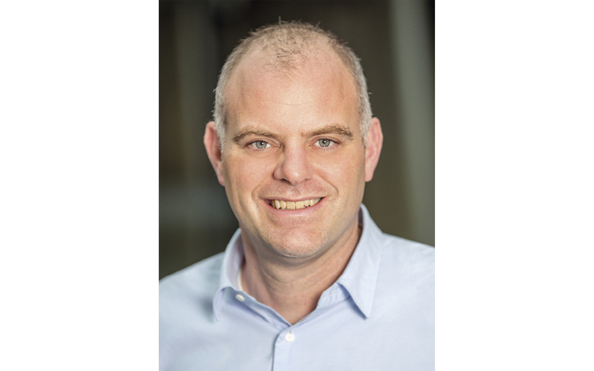 """Prof. Dr. Nils Högsdal ist Diplom-Kaufmann und Betriebswirt. Zwölf Jahre lang hatte er ein Unternehmen, das Planspiele entwickelte. """"Wir haben Flugsimulatoren für Führungskräfte gebaut."""" Ab 2003 war er häufig im Silicon Valley, bekam den Lean-Start-up-Ansatz hautnah mit und machte ihn ab 2012 als Professor für Rechnungswesen und Entrepreneurship an der Stuttgarter Hochschule für Medien in Deutschland bekannt."""