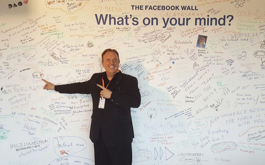"""Zu Besuch in der Facebook Zentrale – und die """"WE ♥""""-Community darf auf der Facebook-Wand natürlich nicht fehlen..."""