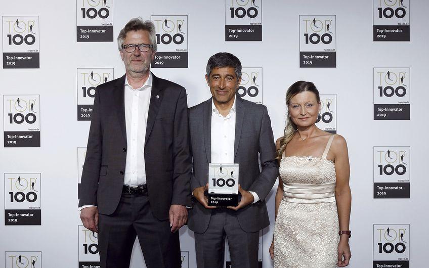 Ausgewiesene Innovationskraft: TOP-100-Mentor Ranga Yogeshwar überreichte  Audio Optimum-Inhaber Friedrich Wilhelm Bussieweke (li.) und Betriebsleiterin  Alexandra Mittelbach im Juni 2019 den TOP-100-Innovationspreis (Foto: KD Busch / compamedia)