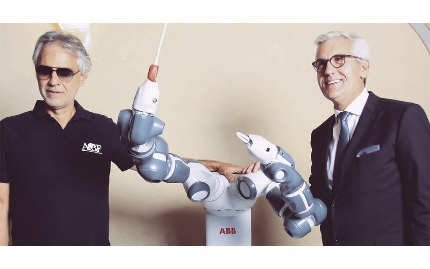 Ein Roboter dirigiert: Andrea Bocelli, YuMi  und Ulrich Spiesshofer, CEO ABB