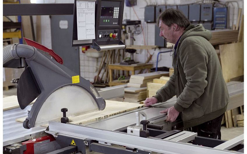 Die soliden Verpackungen werden individuell aus Holz gefertigt (Foto: Holger Bernert)
