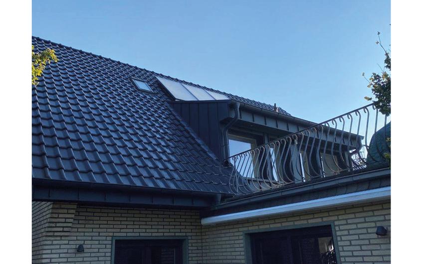 Dacheindeckung mit Ziegeln, Gaubenverkleidung mit beschichtetem Aluminium