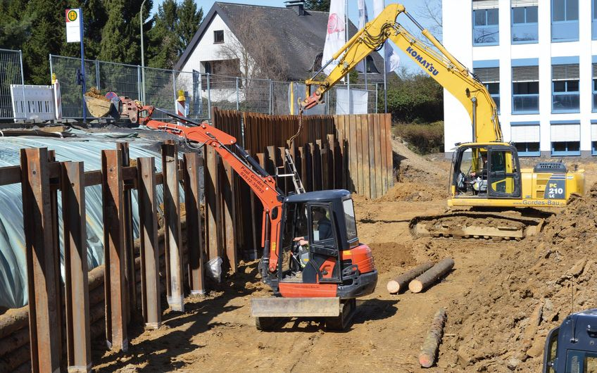Baugrubensicherung mittels Spundwand zum Fundamentaufbau für eine Produktionshalle