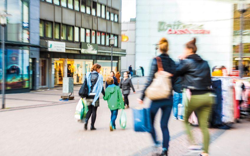 Shoppen in den Innenstädten ist heutzutage längst nicht mehr so gefragt wie früher; der lokale Einzelhandel setzt aber zunehmend eigene Ideen um, um die Kunden wieder in die Innenstädte zu locken. (Foto: ©Gerhard Seybert – stock.adobe.com)