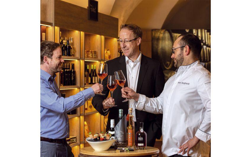 Michael Kindermann, Leiter des Geschäftsbereichs Hospitality, im Gespräch mit Geschäftsführer Sascha Witt sowie Küchenchef Henry Burghardt (v.l.)  Foto: Wort & Lichtbild
