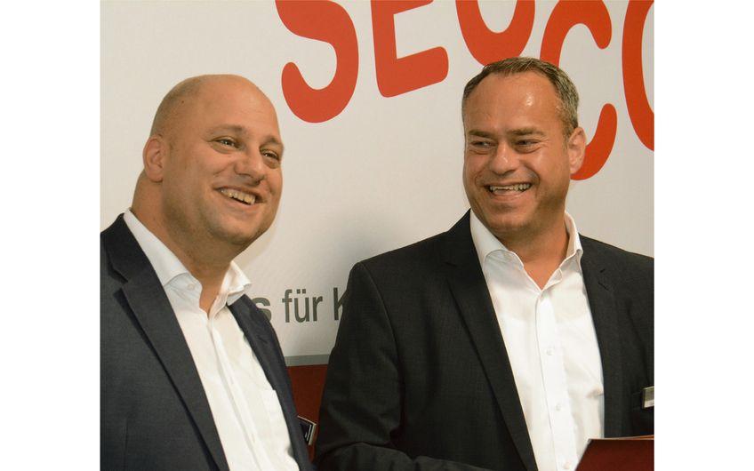 Prokurist Kay Schulmeyer mit SEC-COM-Geschäftsführer Guido Otterbein (v.l.) (Foto: Daniel Dorra)