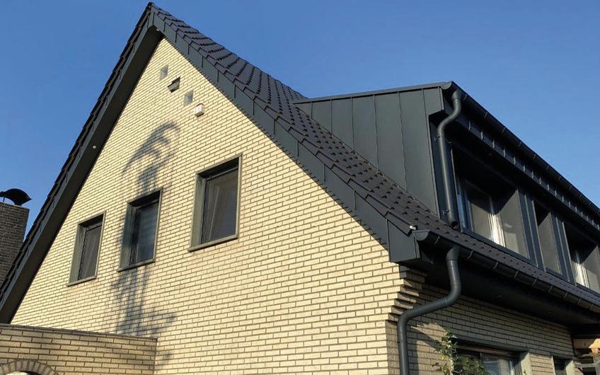 Privathaus in Geldern: Dacheindeckung mit Dachziegeln und Gaubenverkleidung mit beschichtetem Aluminium