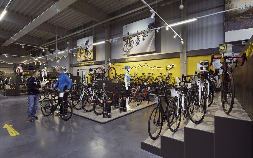 Hell und einladend ist die große Verkaufshalle von Löckenhoff + Schulte in Paderborn