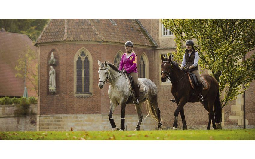 Wirtschaftsfaktor Pferd: Reiterinnen auf der Münsterland-Reitroute (Foto: Münsterland e.V./Matthias Duschner)