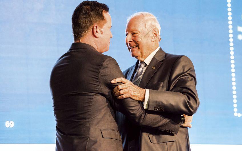 Oliver Hermes (l.) wurde von Dr. Jochen Opländer zu seinem unternehmerischen Nachfolger benannt Foto: Tino Broyer