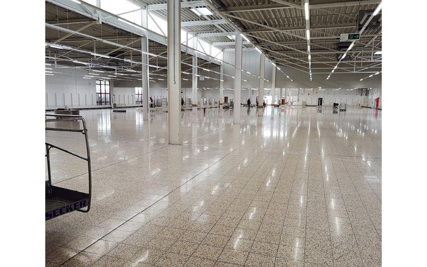 Polierter Werksteinboden im Verkaufsraum von Thomas Philipps